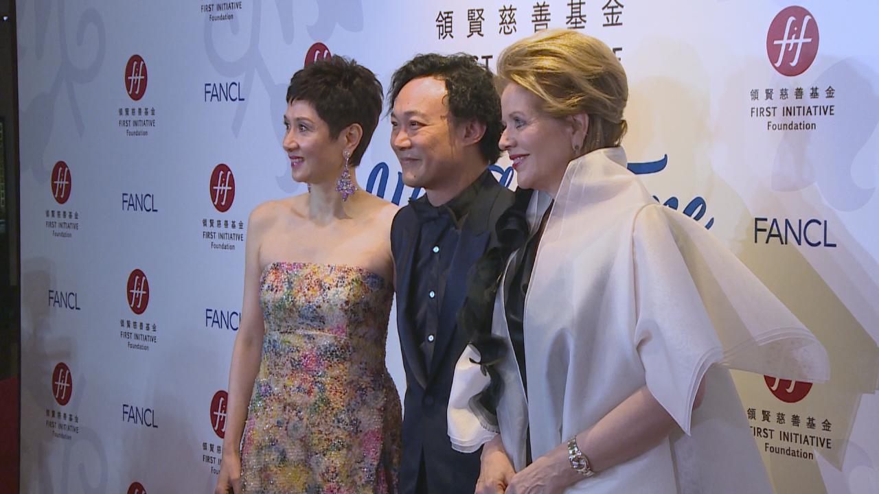 (國語)偕ReneeFleming出席慈善晚宴 Eason首與外國歌手合唱感興奮