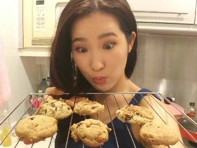Linna baking cookies!!! ?