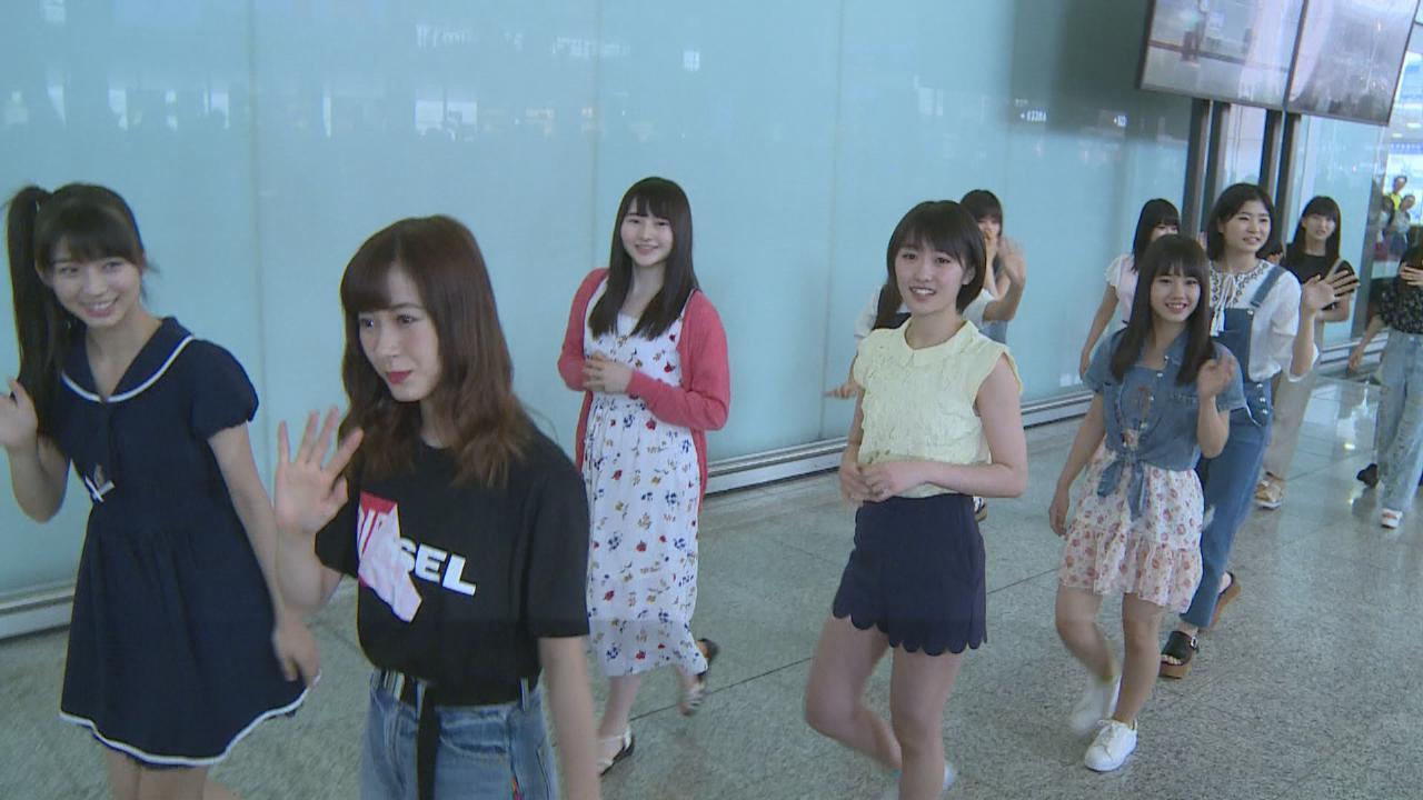 (國語)早安少女組17到港準備開唱 過百粉絲接機場面混亂