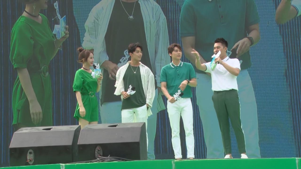 與吳磊出席品牌活動 李易峰甜言蜜語冧粉絲