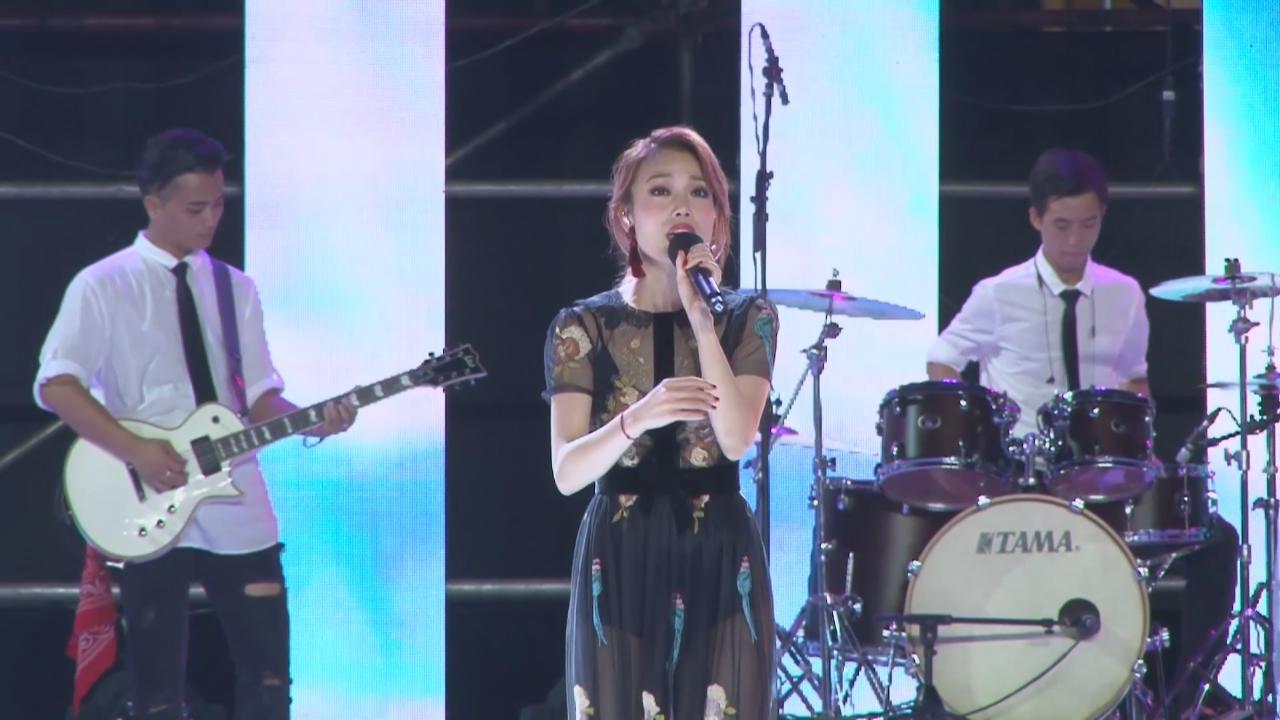 眾歌手雲集廣州音樂會 容祖兒性感透視裝亮相