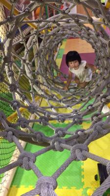 只要父母肯放手同比信心佢地,每個小朋友都會勇於嘗試新挑戰 (23個月自己爬繩網)