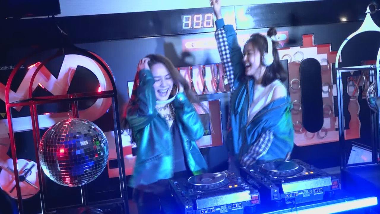 化身DJ打碟拍新歌MV Twins自嘲無天份