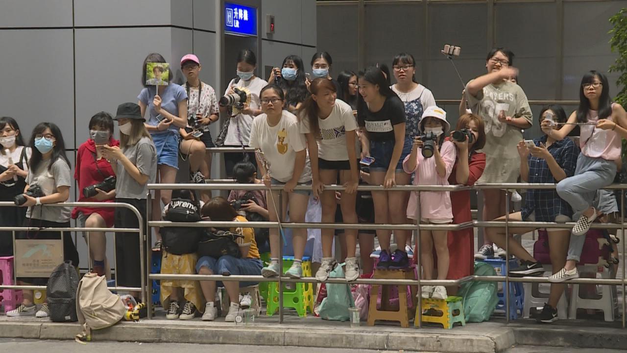 (國語)五百粉絲接機場面混亂 EXO抵港參加家族演唱會