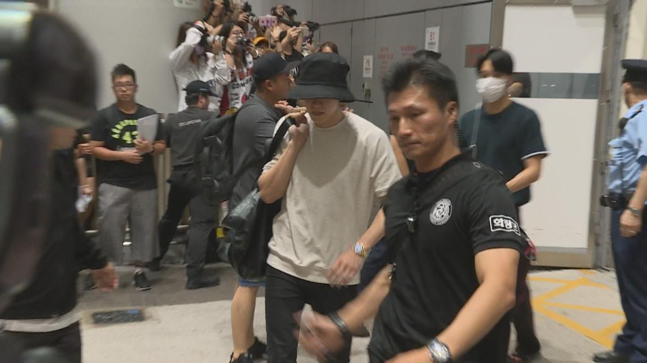 五百粉絲接機場面混亂 EXOCool爆抵港參加家族演唱會