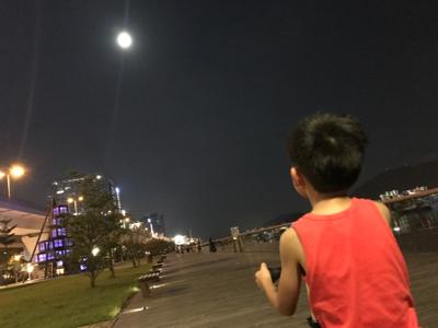小小豬直播篇 - 慢步行公園曬月光