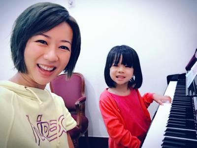 教囡囡彈琴