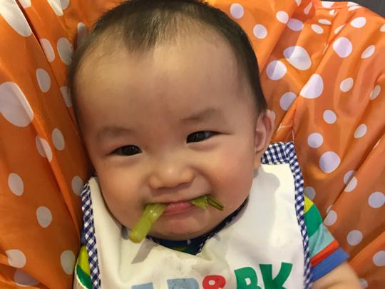 七個半月胖弟自己吃飯