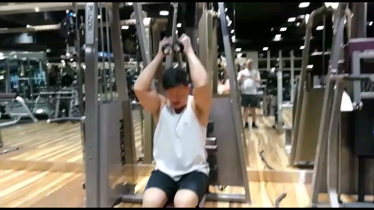 2017-09-01 Rocky Cheng 鄭健樂的影片 Seated Cable Crunch