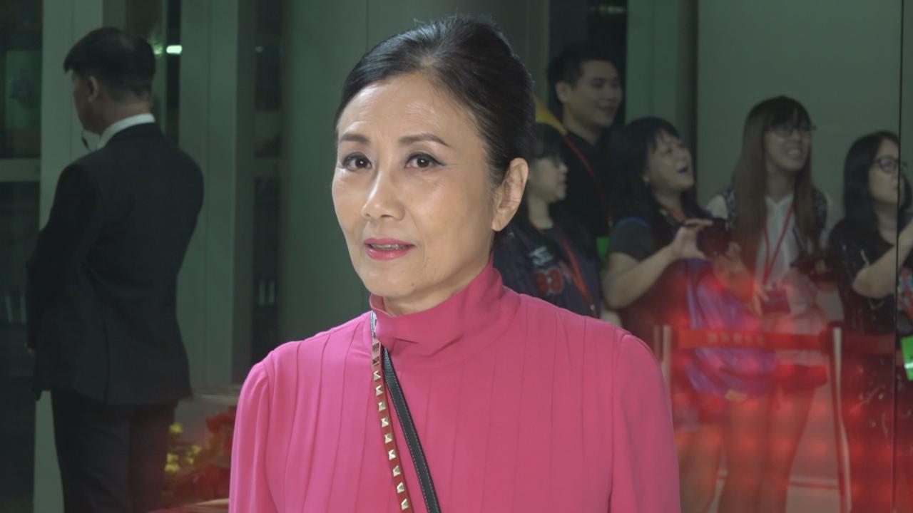 現身國慶文藝晚會 Liza姐化身攝影師為老公打氣