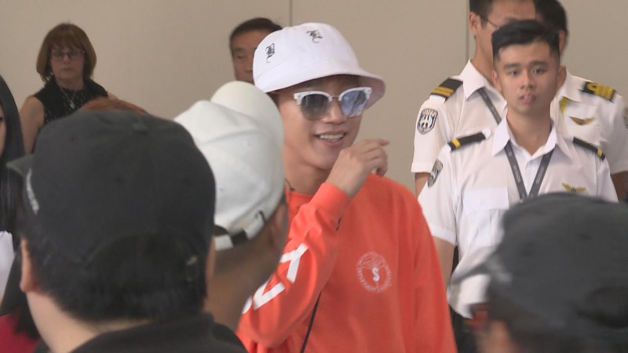2PM成員JunK與白娥娟來港演出 吸引大批粉絲接機
