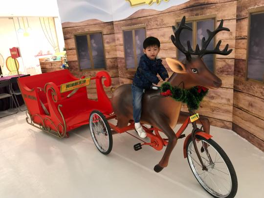 今年聖誕,紅磡黃埔新天地【「鹿」遊聖誕冰雪樂園】會帶小朋友坐小鹿雪橇看極光,在軟綿綿的雪地上堆雪人、搓雪球!n兩大必玩亮點包括:n1. 【「鹿」遊雪蹤】n小朋友坐上由小鹿車手拉乘的雪橇,盡情享受坐在雪橇上「周遊列國」!n2. 【冰雪樂園】n鋪滿冰感仿真雪的雪花天地,可創造屬於自己的冰雪王國!定時飄雪效果,讓大家置身於白茫茫冰雪世界之中。n【「鹿」遊聖誕冰雪樂園】n地點:黃埔新天地時尚坊地庫