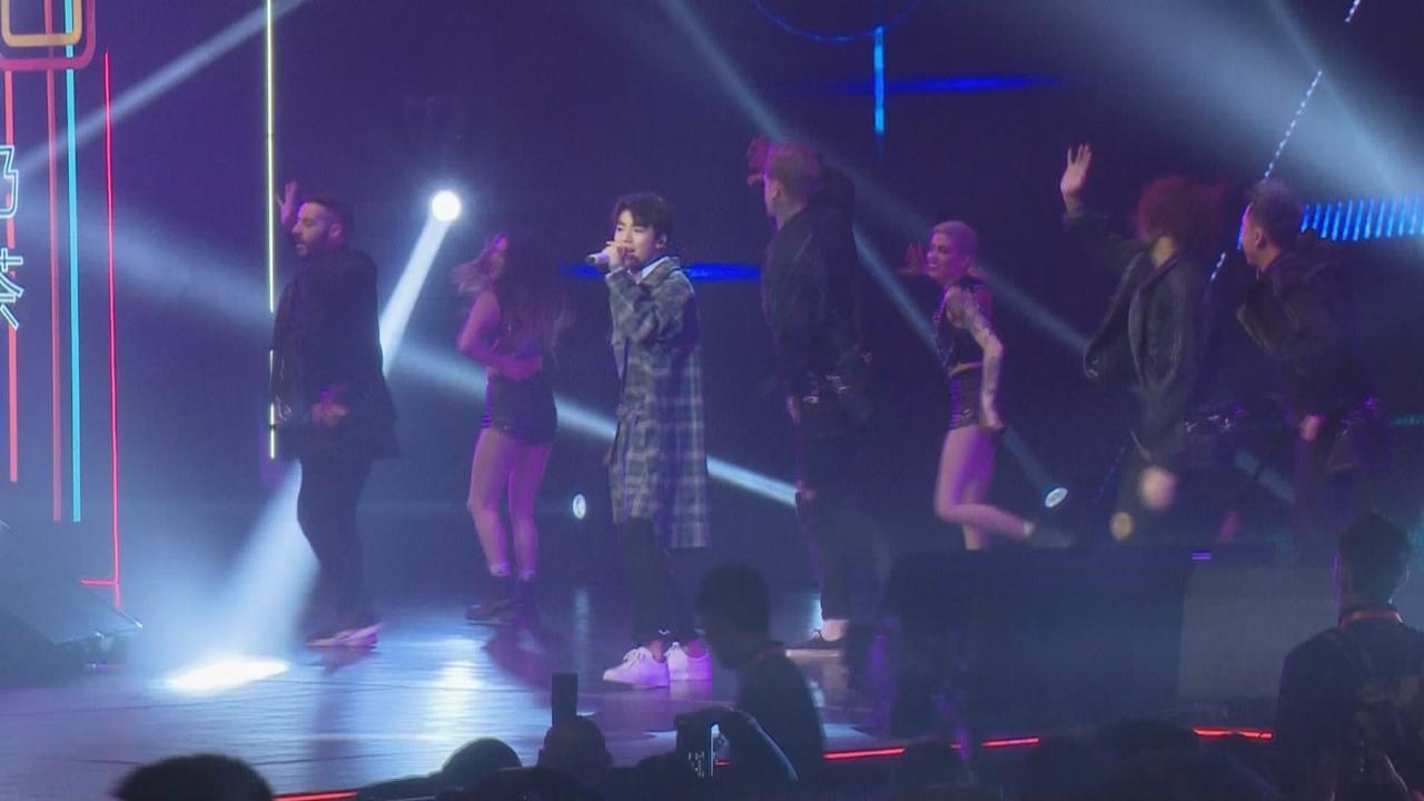 TFBOYS北京出席活動與粉絲同樂 勁歌熱舞盡顯偶像魅力