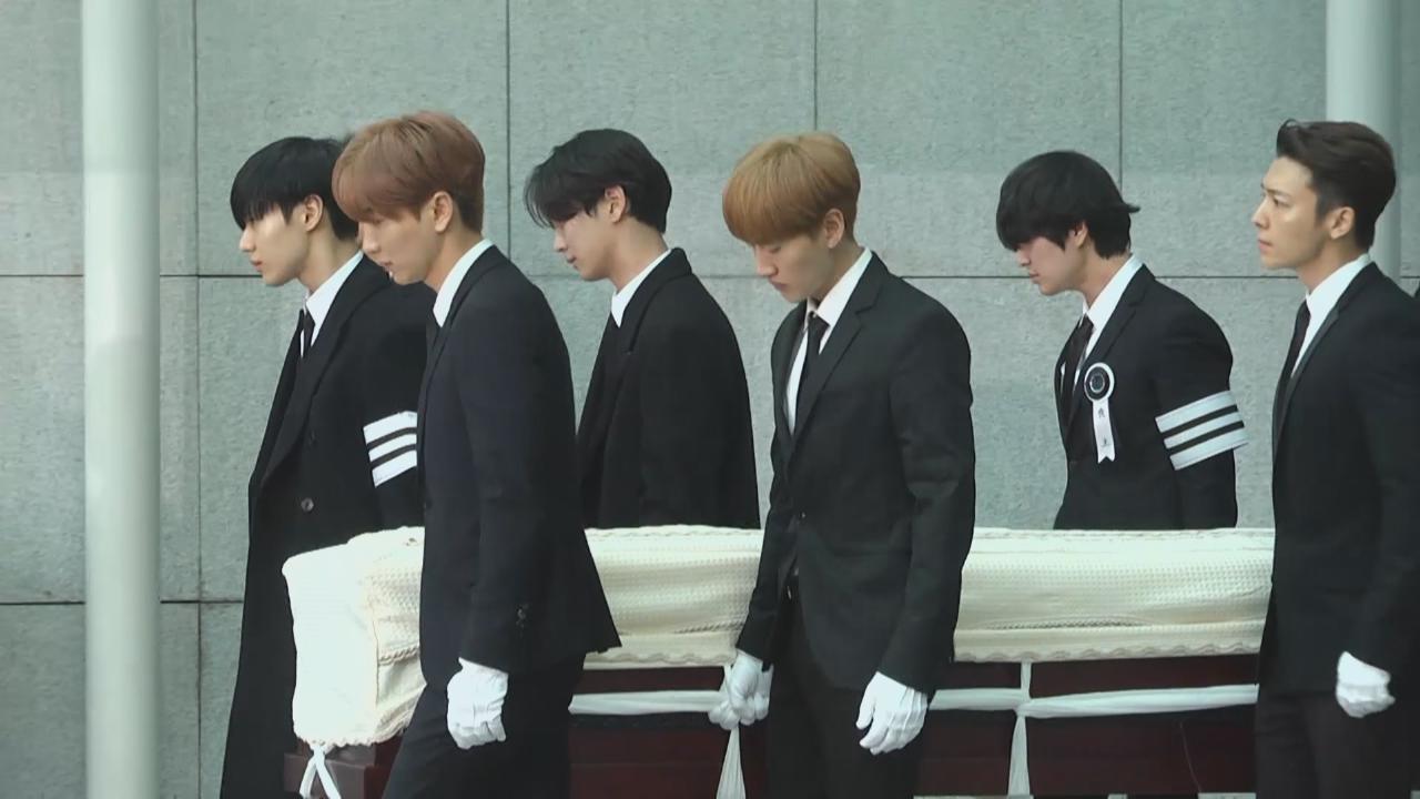 鐘鉉設靈儀式第二日 眾多圈中人到場弔唁