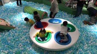#按HD觀看 #木系親子空間 #室內遊戲室 #全新開幕n新場新場, 又有新場啦? 今次呢間 DREAM ROOM係木系風格室內遊戲室, 香港獨有, 真係好靚呀?n場地以大自然為設計概念規劃分成 4 區, 以照顧不 同年齡層能於不同的場景裡寓學習於遊戲,場地設計特意加入森林、海洋、陸洲、高山、 小木屋等元素,為小朋友及家長們在鬧市中營造一種置身於大自然的感覺?n埸內提供超過 一百款益智桌上遊戲給小朋友及家長暢玩,另外更設有逾千呎海陸主題波波池,配以氹氹轉飛船等特色大型遊戲設施? 收費在留言處?n地址: 觀塘柏秀中心10樓n電話: 5540 8765