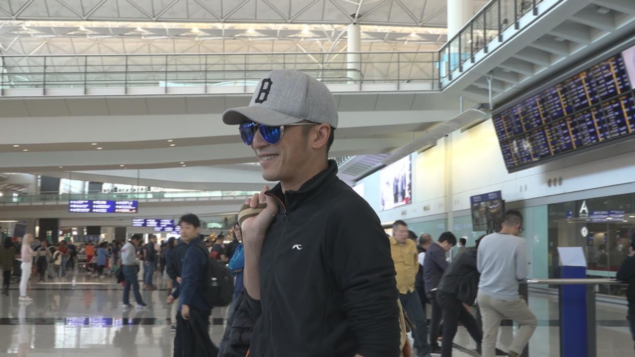 謝霆鋒現身香港機場 被追問父親謝賢傳情變一事