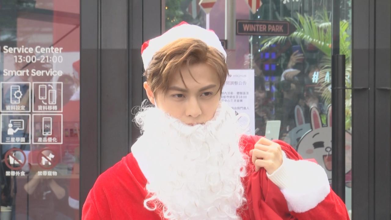 化身聖誕老人大派禮物 邱勝翊樂在其中