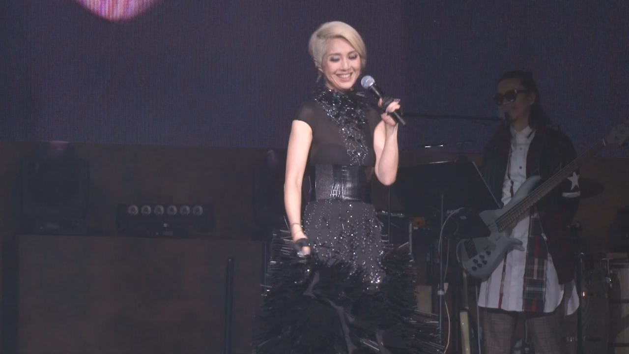 楊千嬅與粉絲歡度元旦 為粉絲拍照搞氣氛