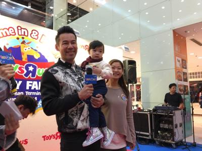 徐榮去玩具店買新年禮物比仔女