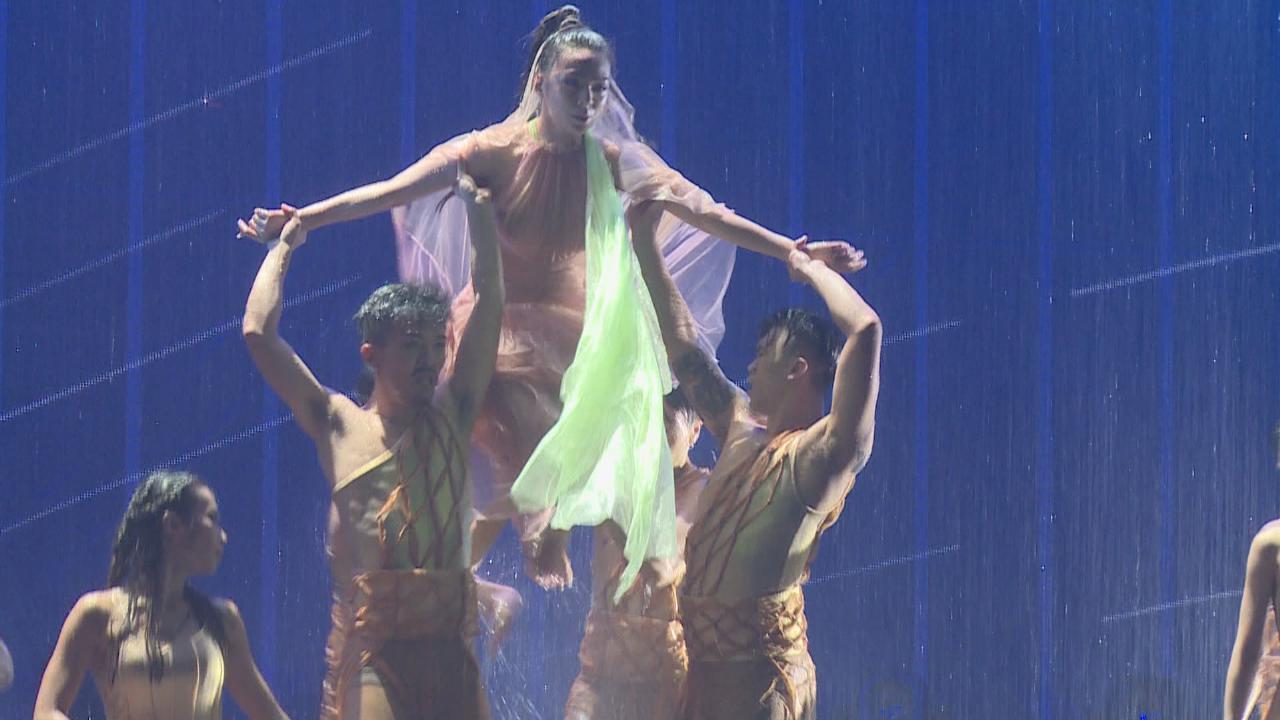 JW舉行首個紅館個唱 晒唱功兼大跳性感水中舞