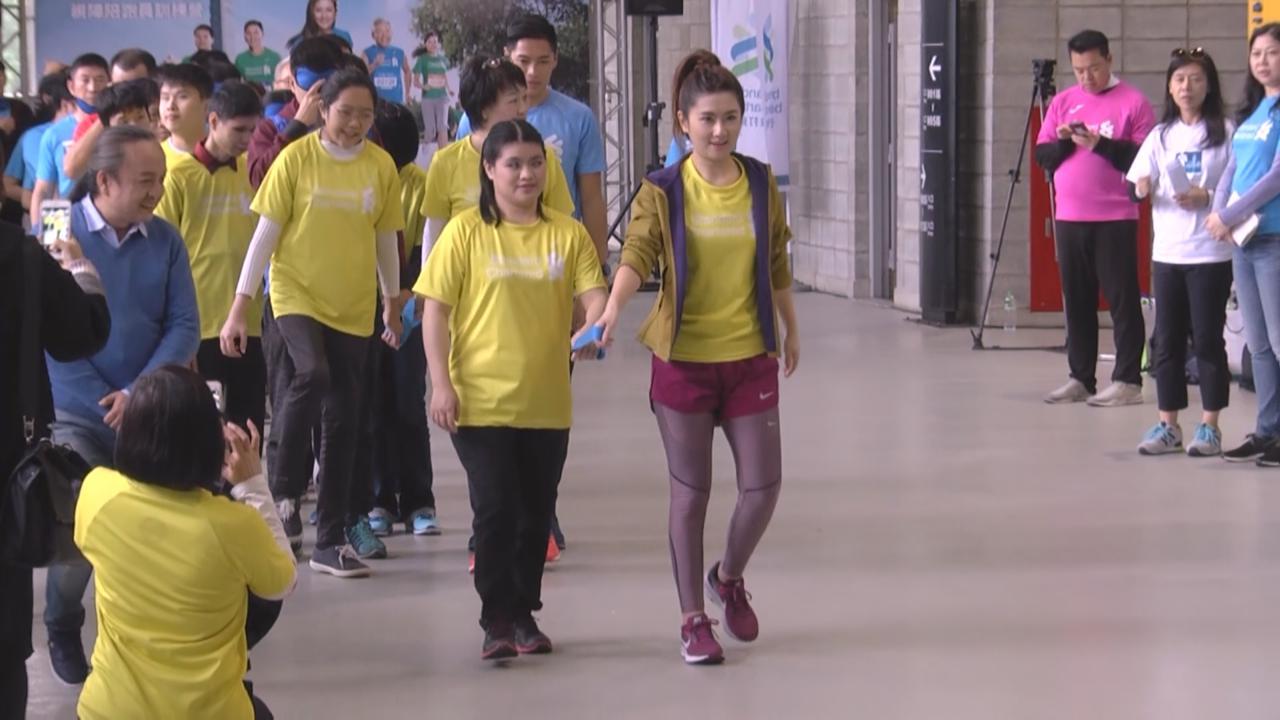 (國語)Selina化身陪跑員 助視障人士跑馬拉松