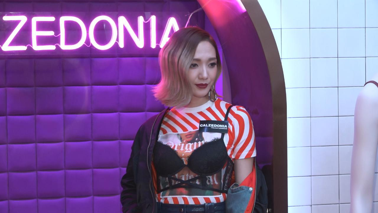 王君馨打扮前衛出席活動 透露會為老公添置情趣內衣