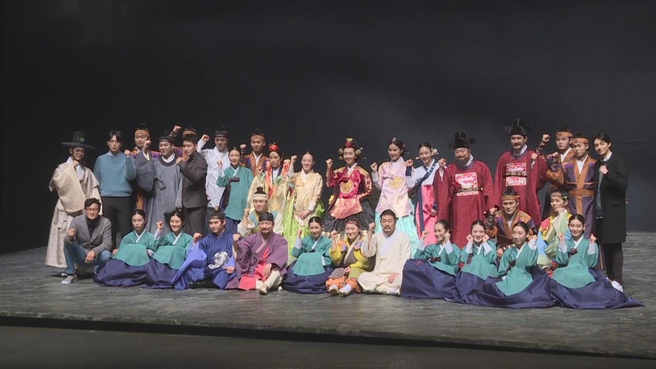 宋承炫與眾拍檔出席記招 分享舞台劇初體驗感受
