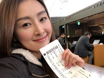 名雅在機場預備起飛去開工~