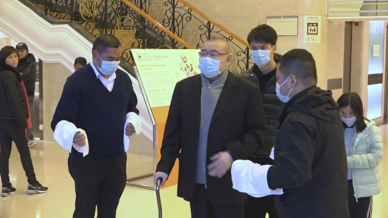 劉鑾雄再當爸爸 偕太太甘比到醫院探望B女