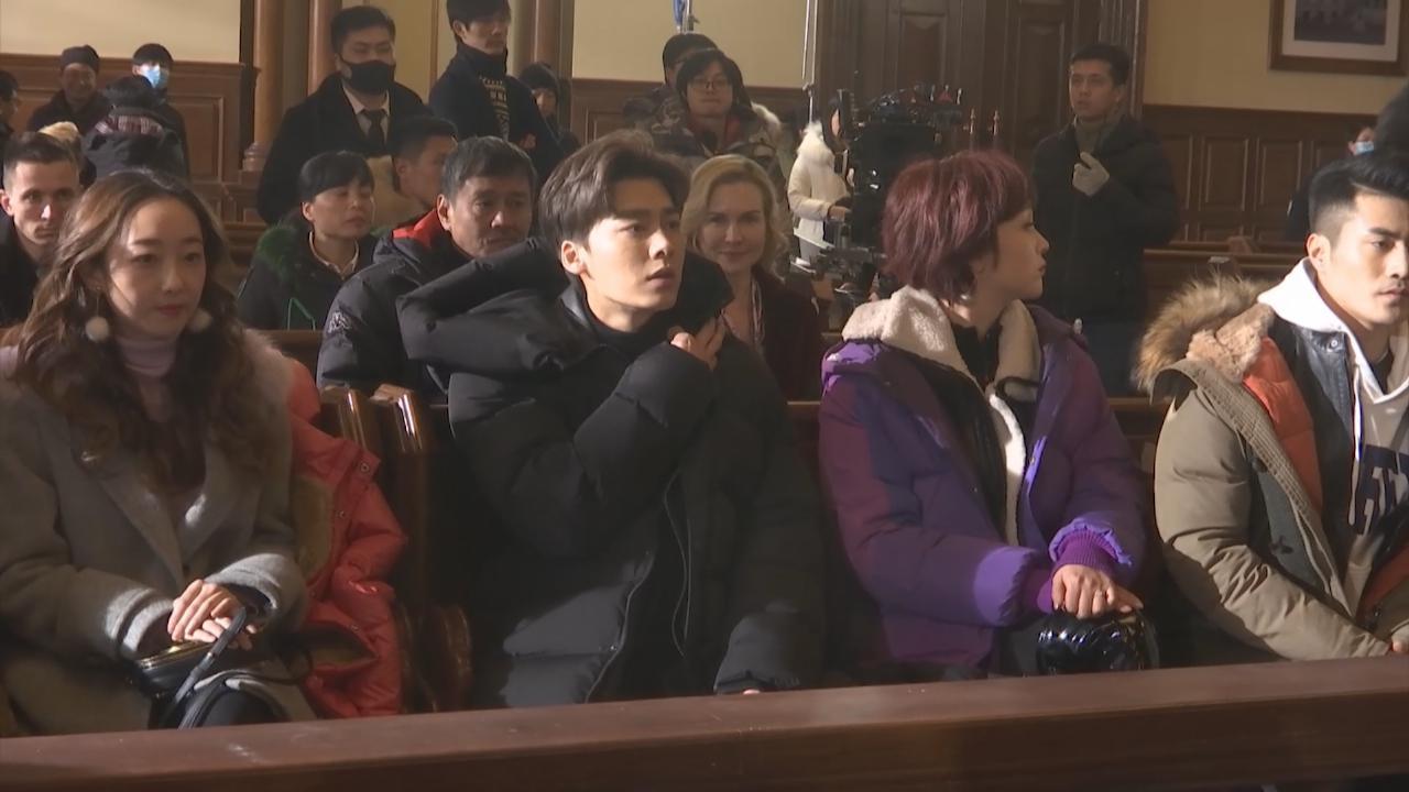 李易峰拍新劇法庭戲份 與拍檔江疏影互笠高帽