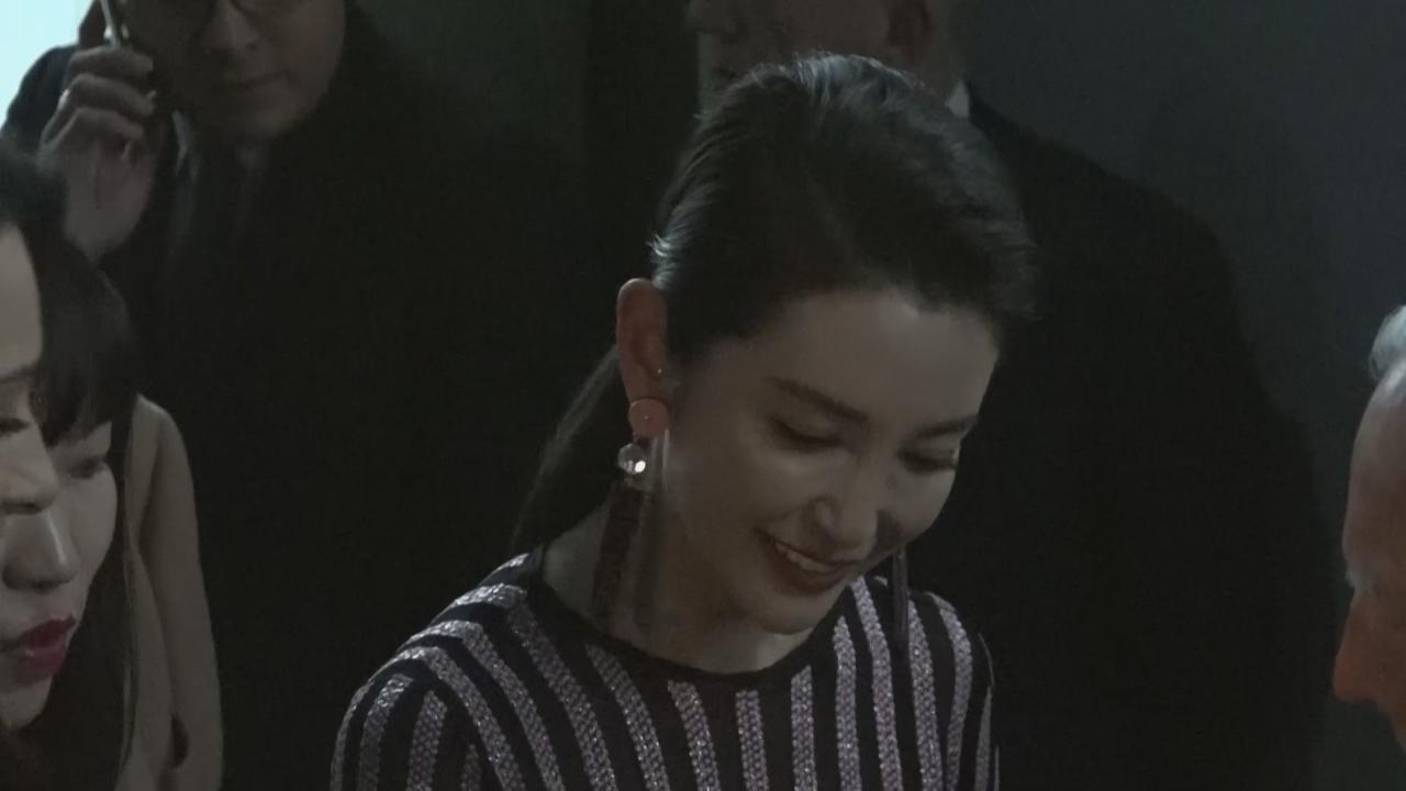 李冰冰高貴現身米蘭時裝周 與時尚大師頭貼頭合照