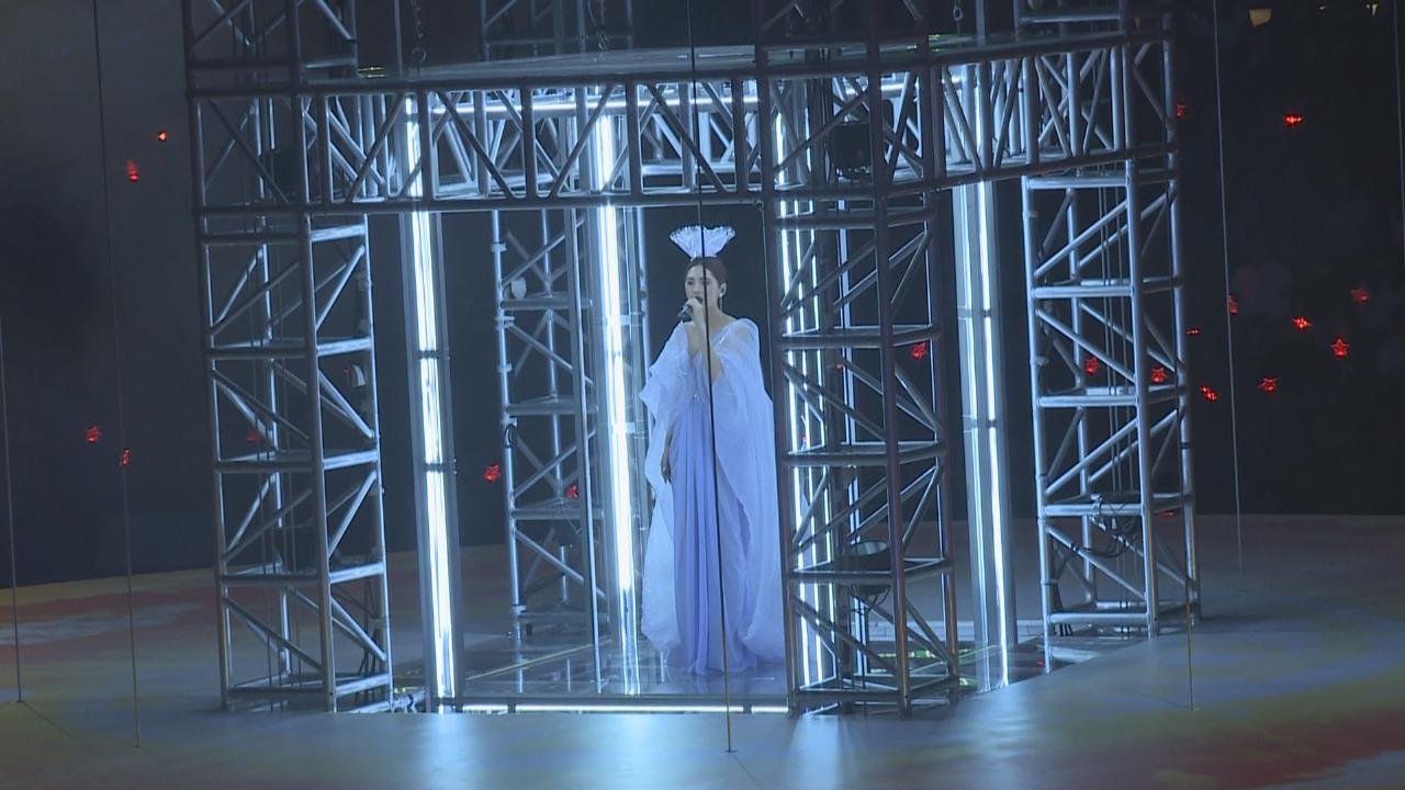楊丞琳紅館演唱會首場開鑼 以紫色長紗裙揭開序幕
