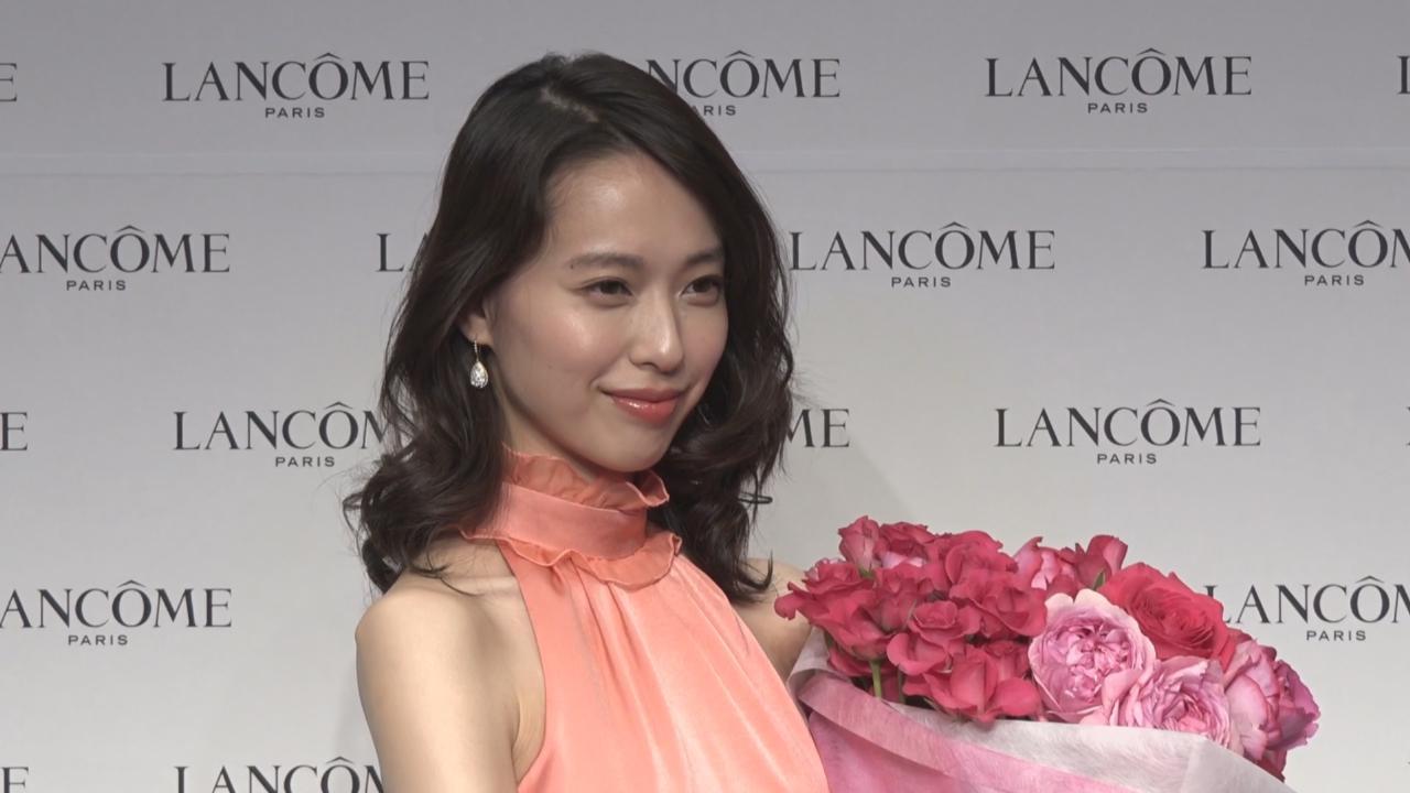 以粉色長裙出席代言活動 戶田惠梨香盡顯優雅氣質