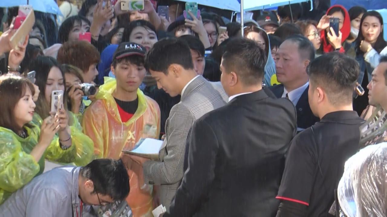 出道十五年首度訪台 姜棟元冒雨為粉絲簽名