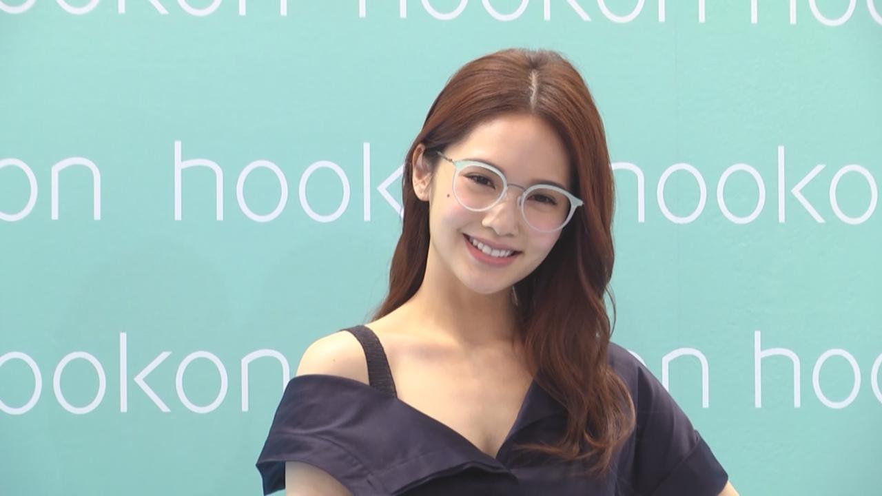 以眼鏡造型現身代言活動 楊丞琳笑言戴眼鏡有逆齡效果