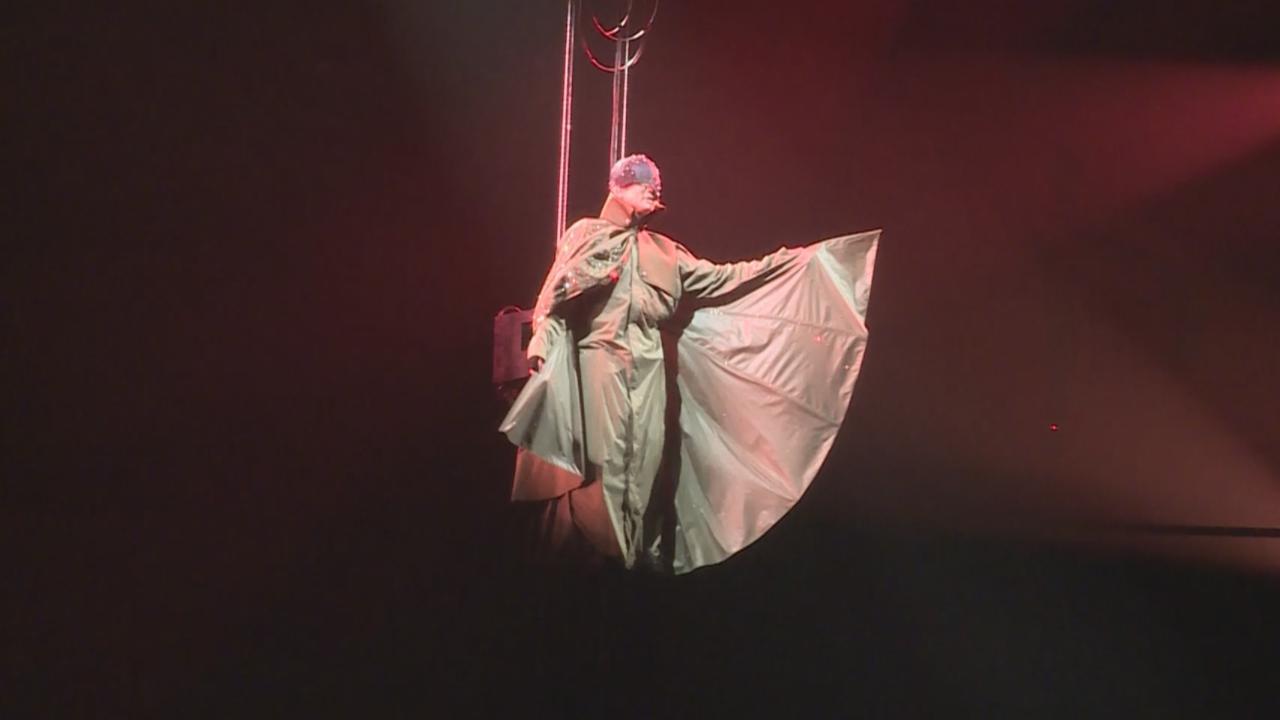 世界巡演上海揭開序幕 林俊傑化身蝙蝠演唱金曲