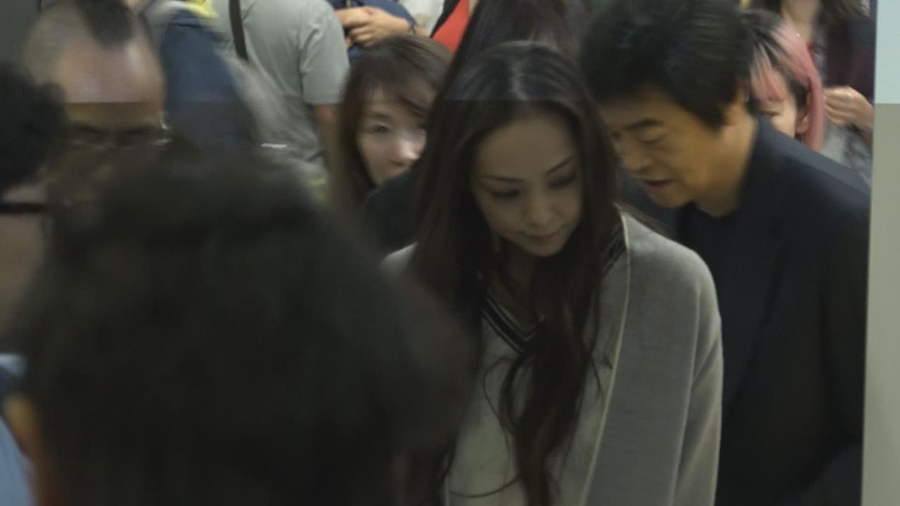 安室奈美惠抵港開告別騷 近百粉絲接機場面混亂