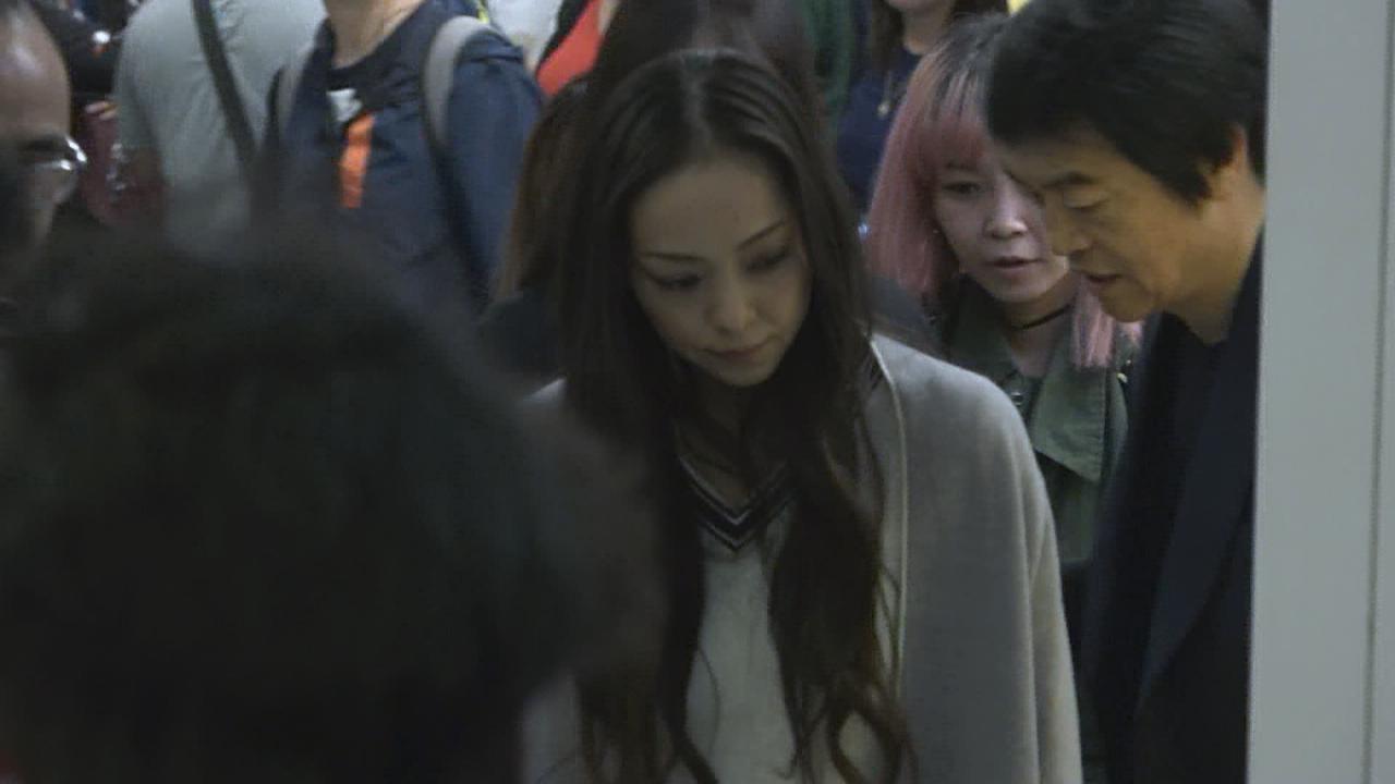 (國語)安室奈美惠抵港開告別秀 近百粉絲接機場面混亂
