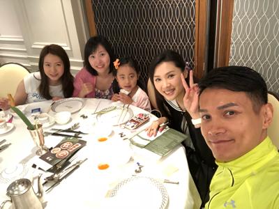 何俊軒 返香港同朋友飲茶 part 1