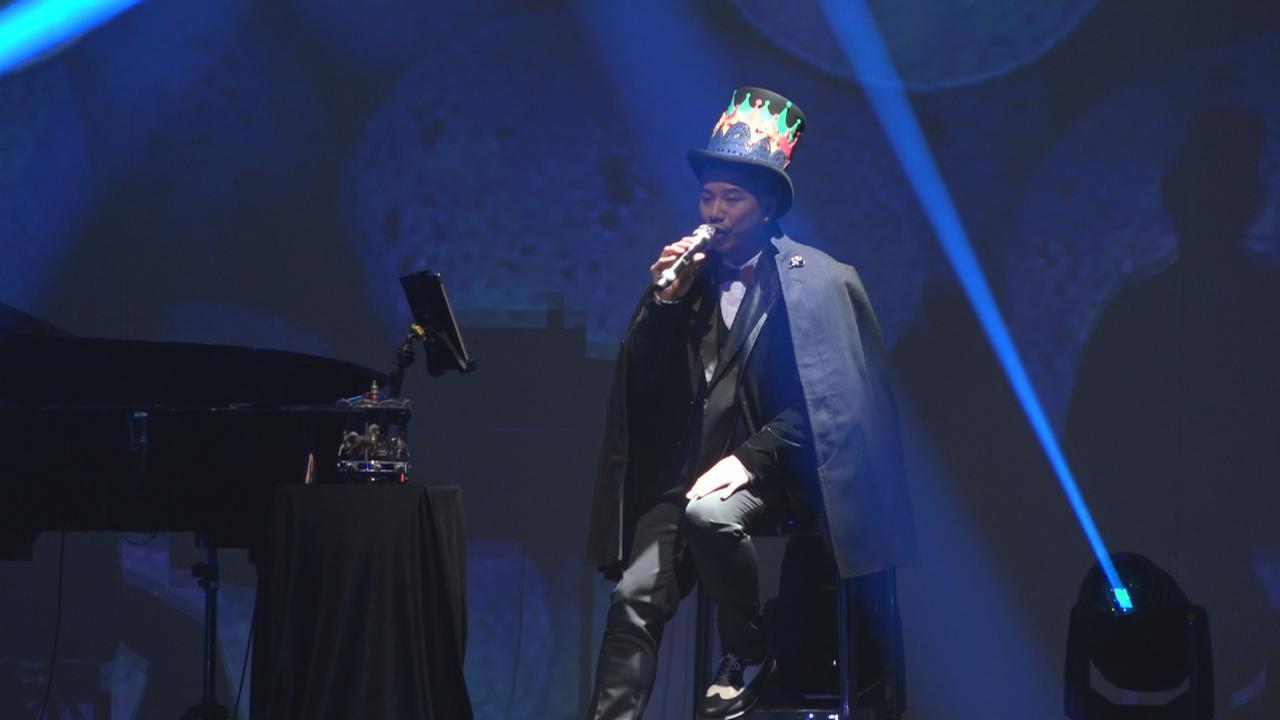 (國語)小肥香港舉辦音樂會 深情演繹情歌大秀唱功