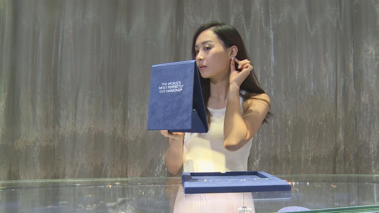 完成四年戲劇課程 陳法拉與同學難捨難離