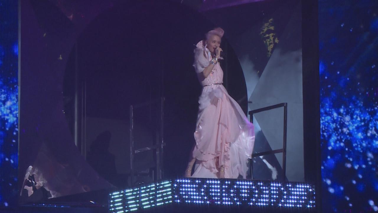 梁詠琪一連兩晚紅館個唱開鑼 性感長裙登場大騷長腿