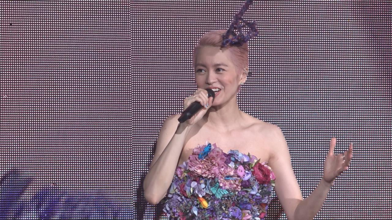 梁詠琪尾場以花花裙造型登場 獲台下歌迷以燈海打氣
