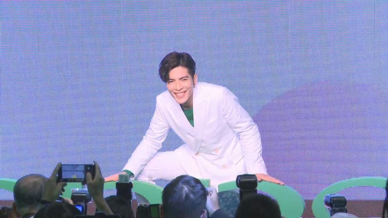 蕭敬騰出席代言活動 台上表演大熱手勢舞