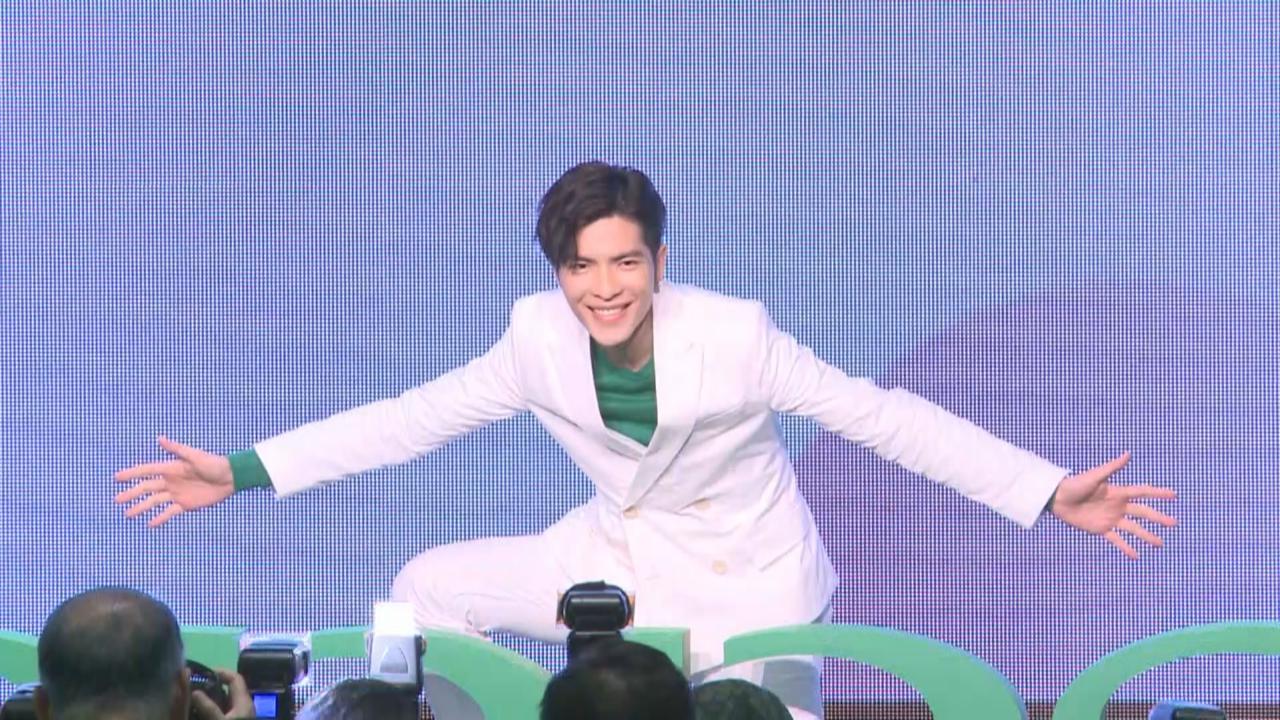 (國語)蕭敬騰出席代言活動 台上表演大熱手勢舞