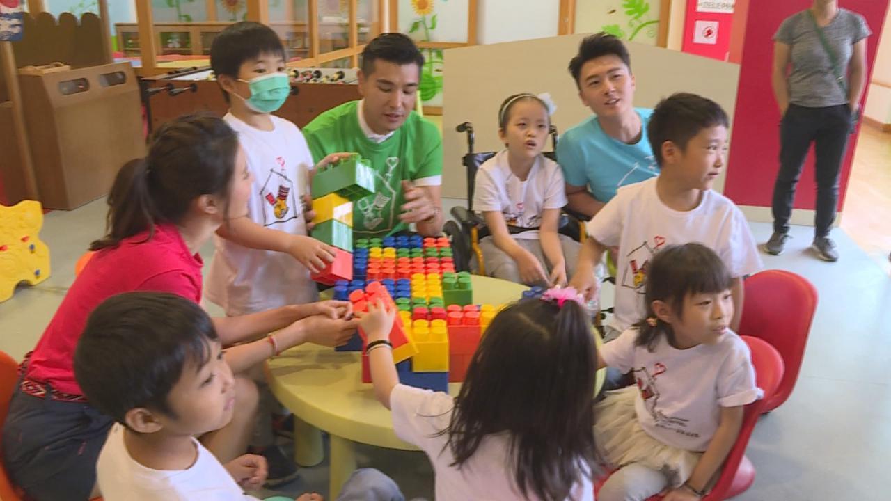 與王浩信黃翠如出席公益活動 陳展鵬喜與小朋友打成一片