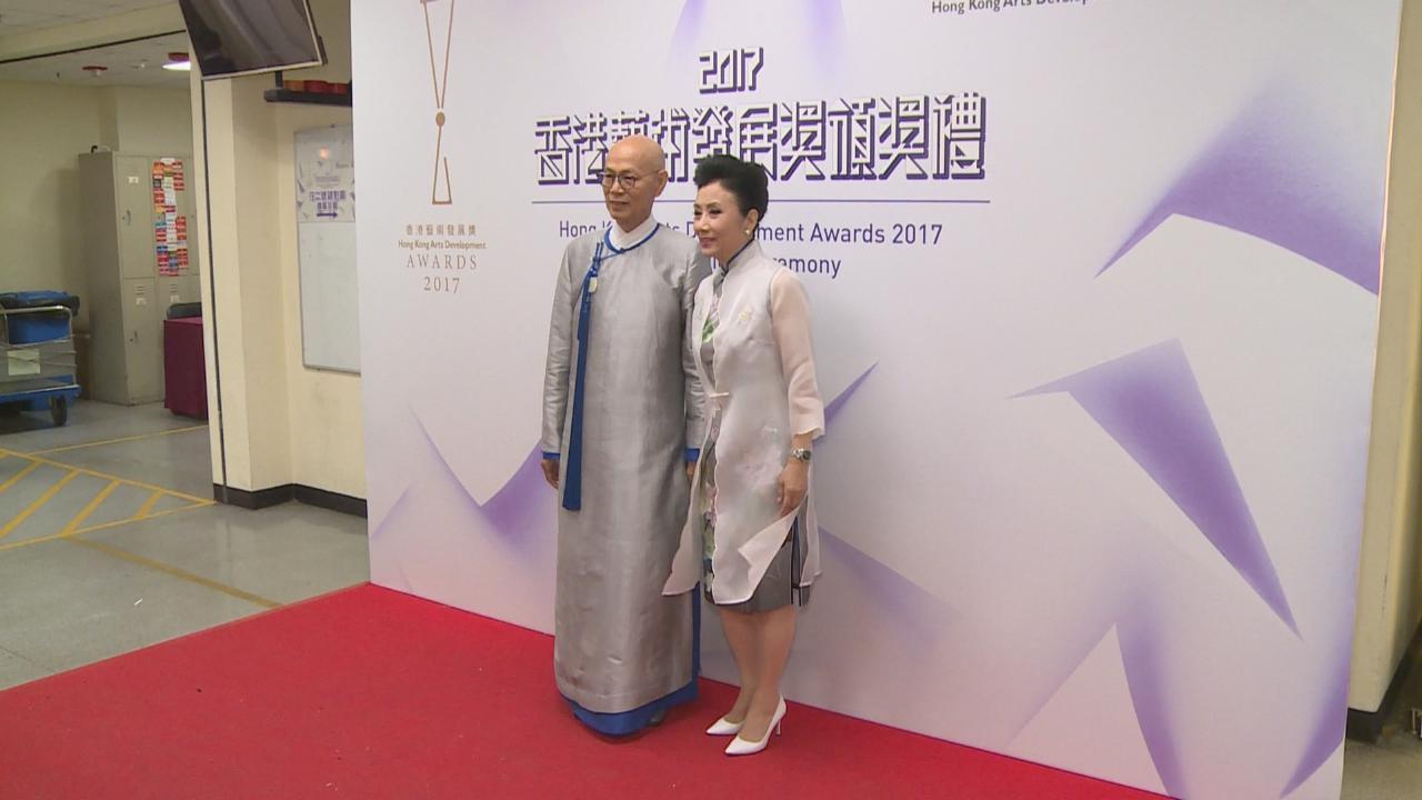 (國語)羅家英獲頒傑出藝術貢獻獎 獲太太汪明荃到場支持