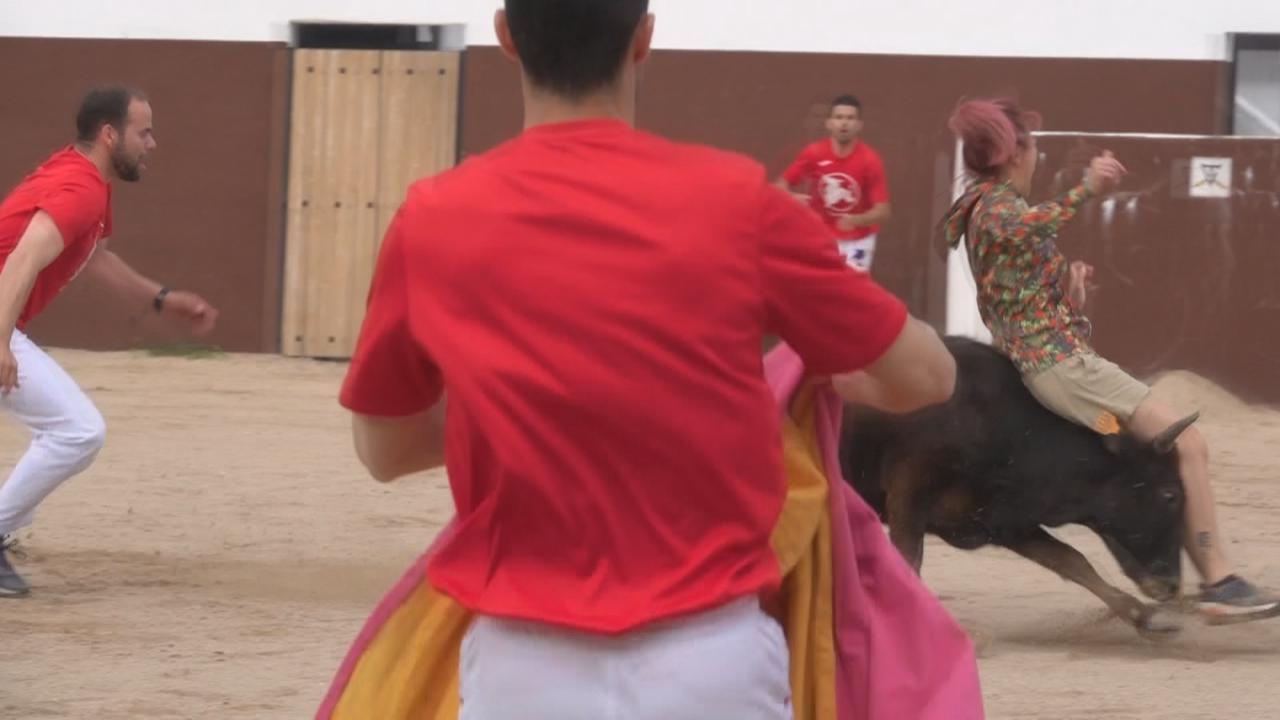 梁芷珮拍攝西班牙潮什麼 介紹新興鬥牛競技活動