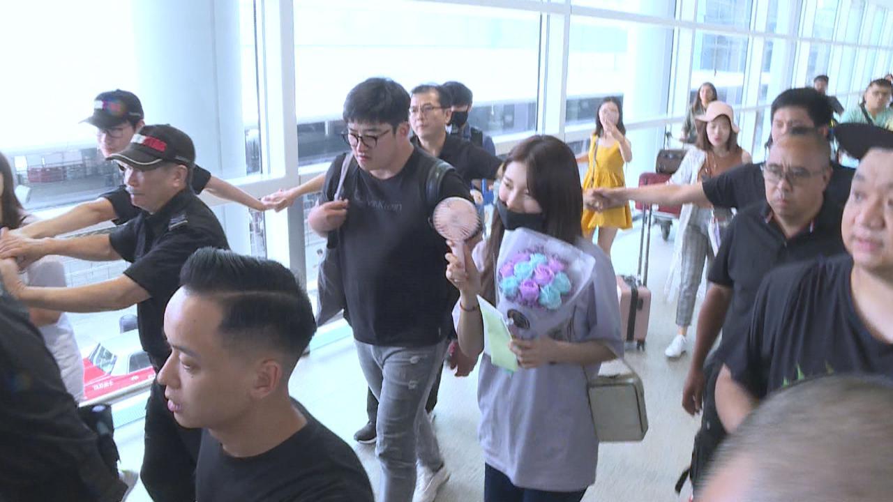 (國語)秀智抵達香港為見面會準備 面對熱情粉絲表現親民