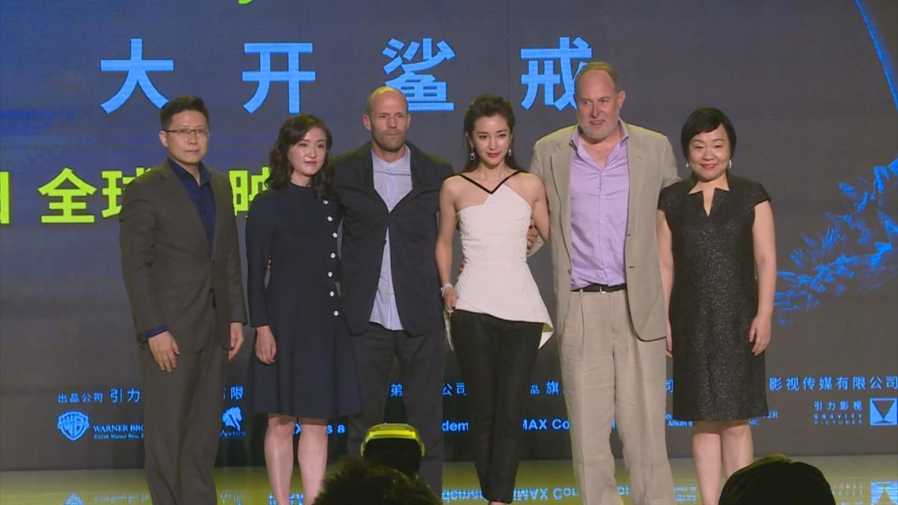 與新戲拍檔JasonStatham上海亮相 李冰冰為拍檔奇怪造型解畫